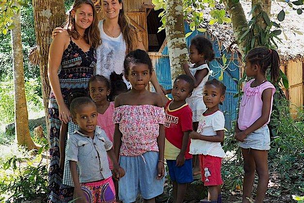 Photo volontaires avec enfants