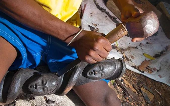 Sculpteur à Nosy Komba